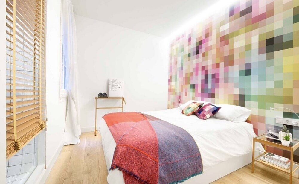 Papel de parede para quarto moderno com estampa colorida.