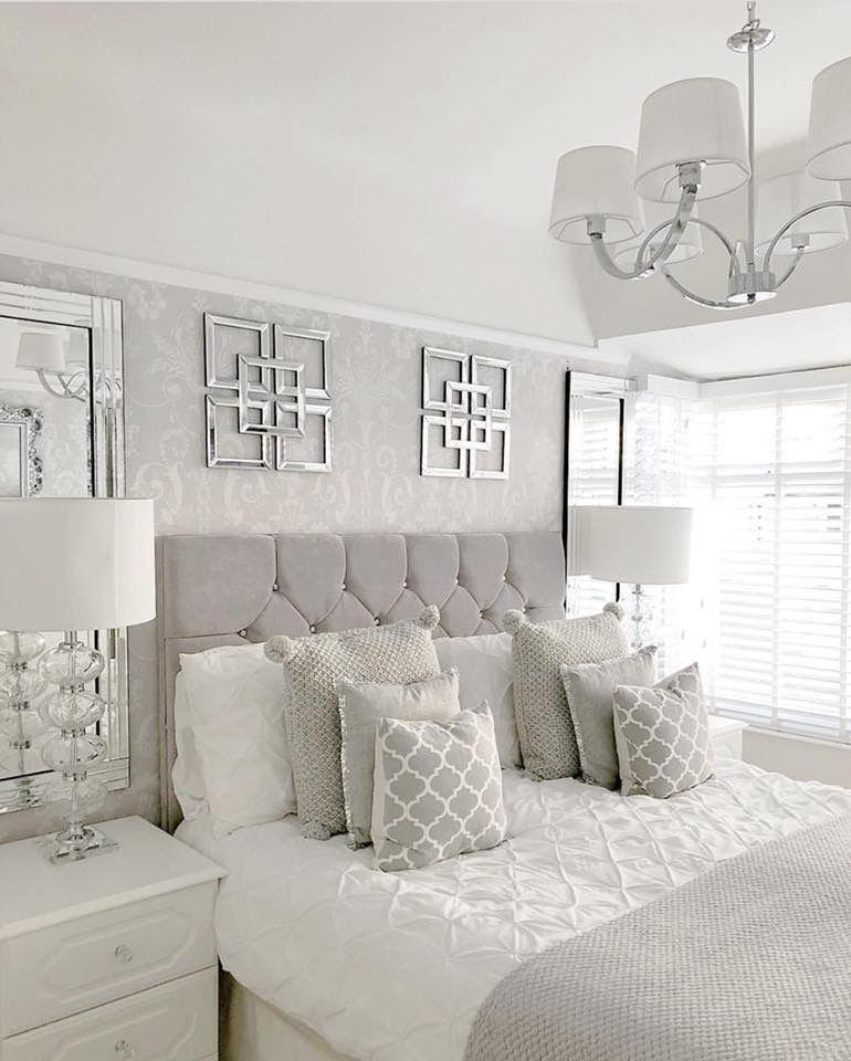 Decoração branca e luxuosa com cabeceira de cama estofada.
