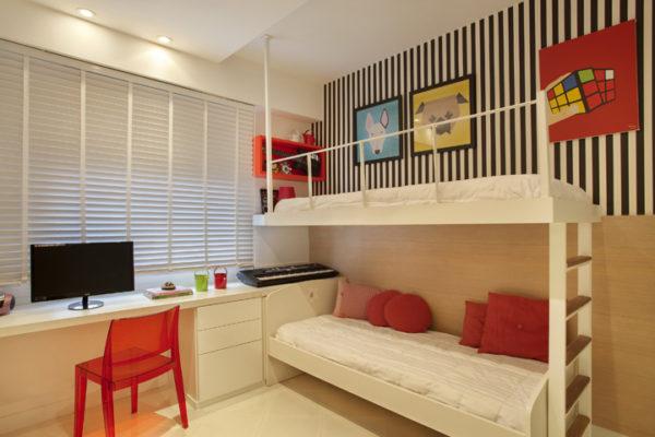 Cômodo com beliche com decoração minimalista.