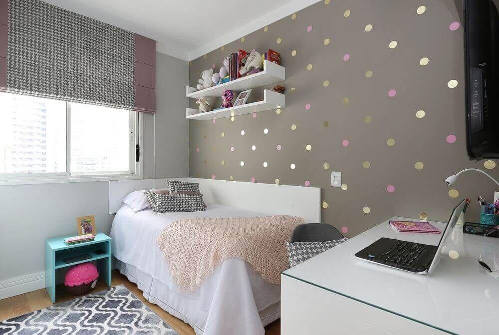 Cômodo de adolescente com decoração simples.