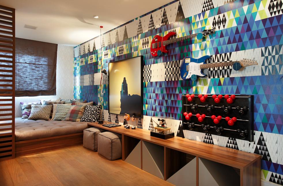 Cômodo com decoração moderna com madeira e estampa azul.