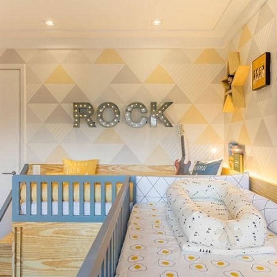 Cômodo infantil com decoração com toque amarelo.