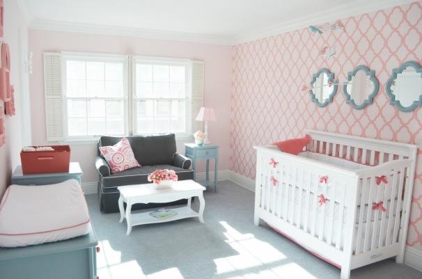 Papel de Parede para Quarto de Bebê tradicional rosa.