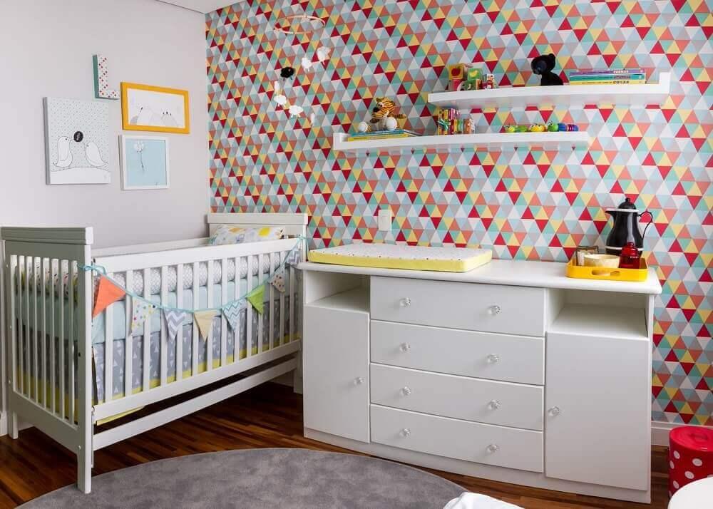 Decoração colorida com revestimento com estampa geométrica triangular.