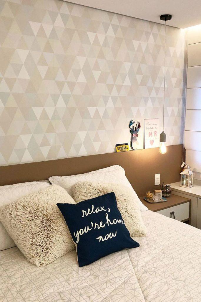 Papel de parede para quarto de casal simples e pequeno.