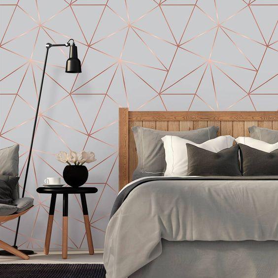 Papel de parede para quarto de casal moderno e metalizado.