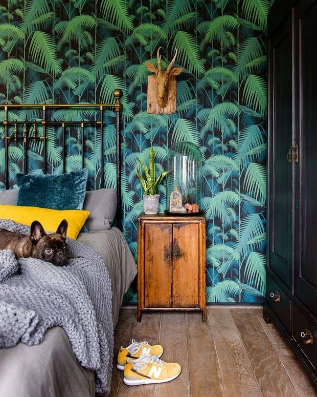 Papel de parede para quarto de casal  moderno com estampa de folhagens.