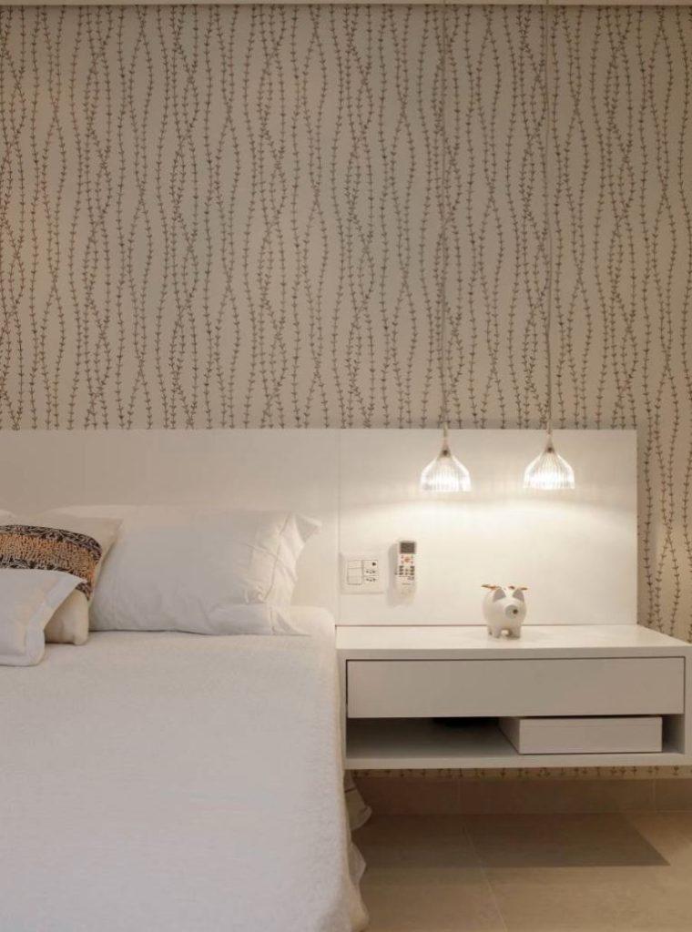 Papel de parede para quarto de casal  com estampa de folhas pequenas.