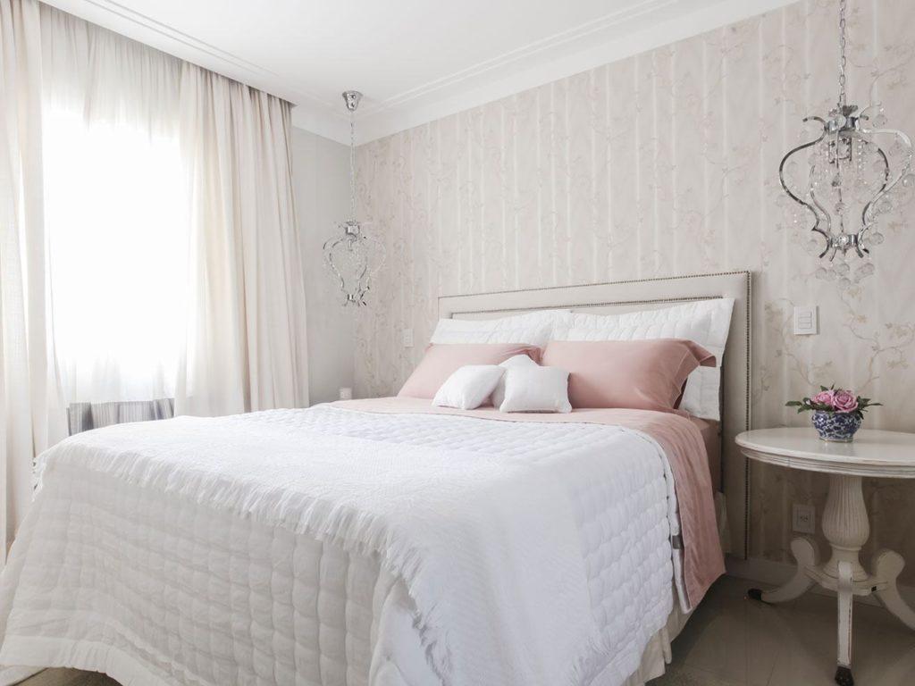Papel de parede para quarto de casal  com decoração romântica.