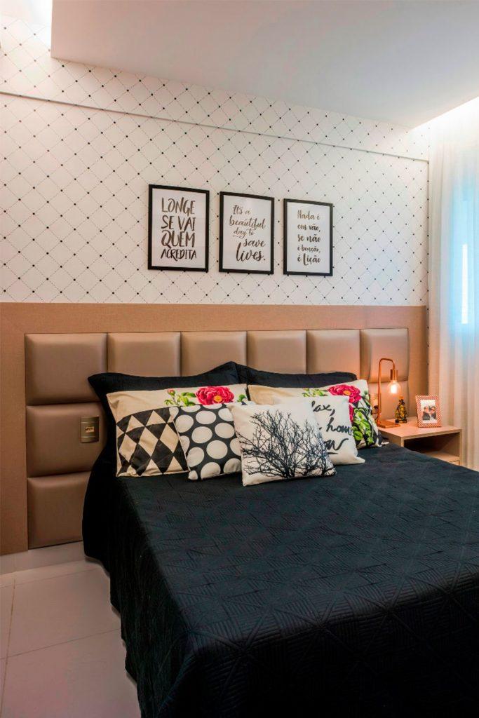 Papel de parede para quarto de casal  com estampa preta e branca.