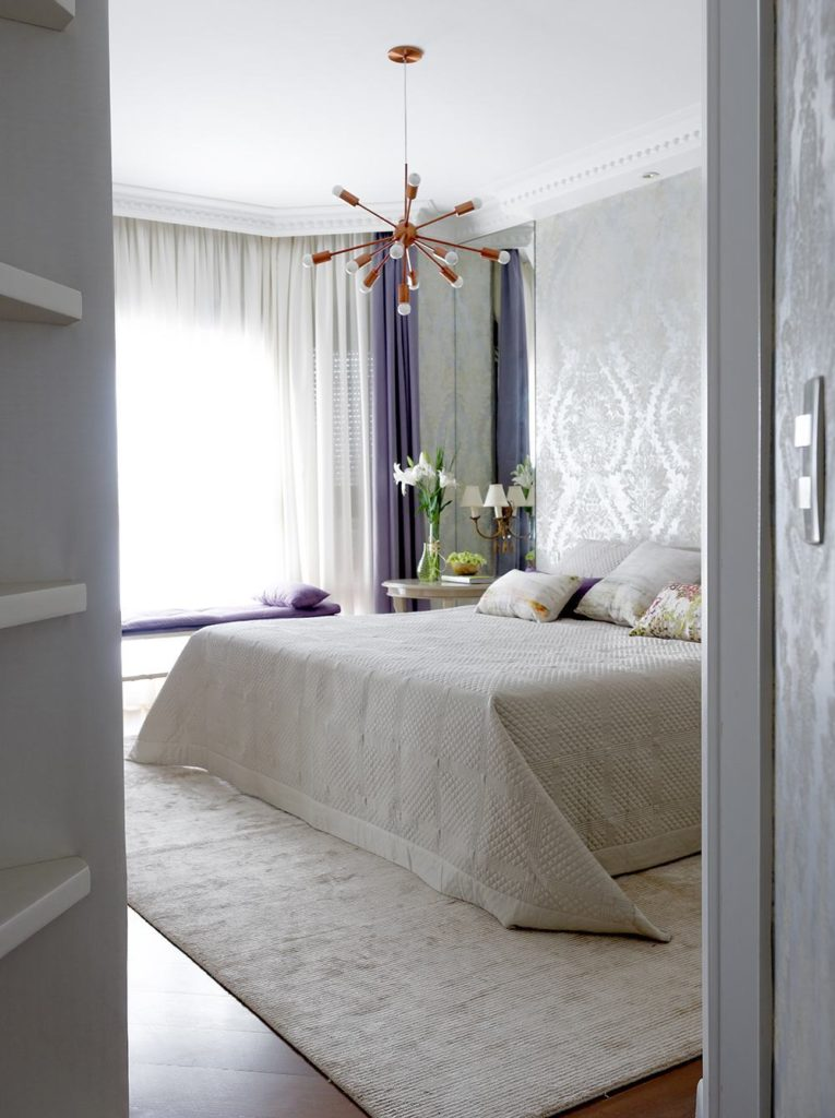 Papel de parede para quarto de casal  branco clássico.