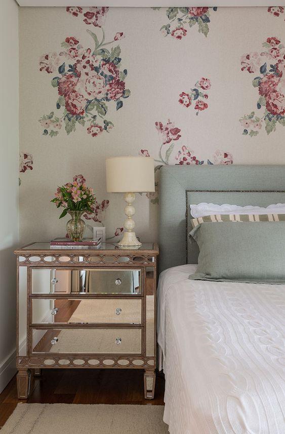 Papel de parede para quarto de casal  com estampa floral.