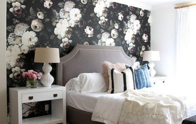 Papel de parede para quarto de casal  floral com fundo preto.