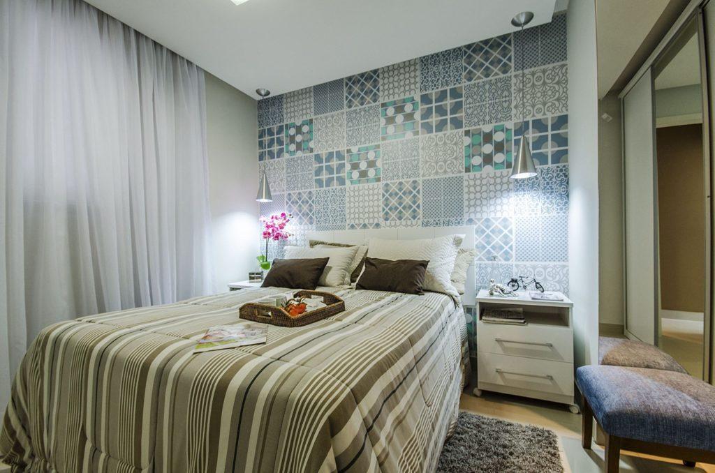 Papel de parede para quarto de casal  com estampa de azulejo.