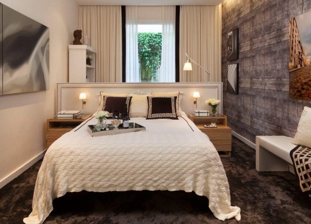 Papel de parede para quarto de casal  com estampa de madeira.