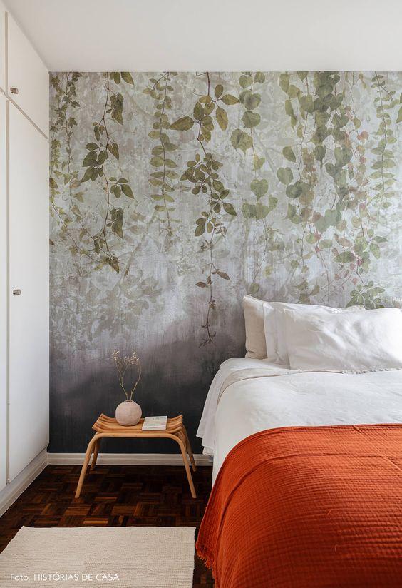 Papel de parede para quarto de casal com estampa com folhagens.