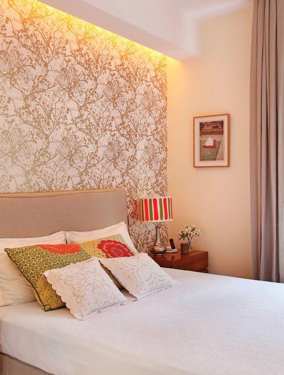 Decoração simples com cama cinza.