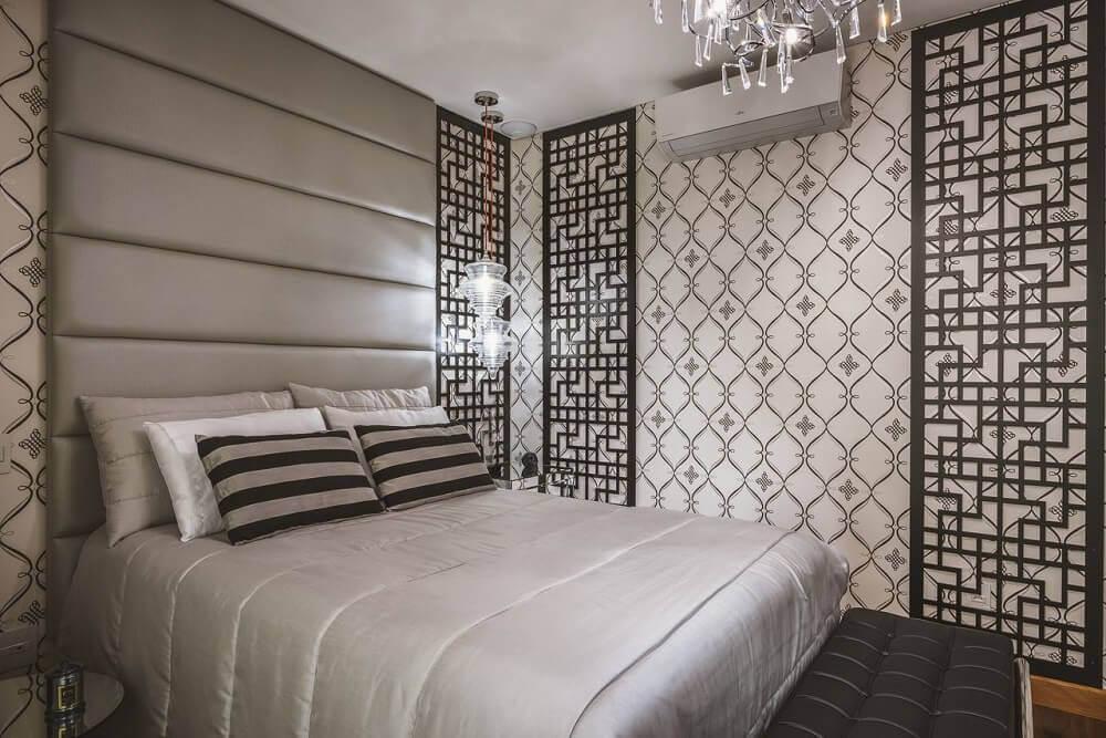 Decoração luxuosa em cômodo pequeno.