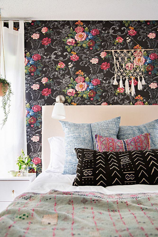Decoração moderna com estampa floral com fundo escuro.