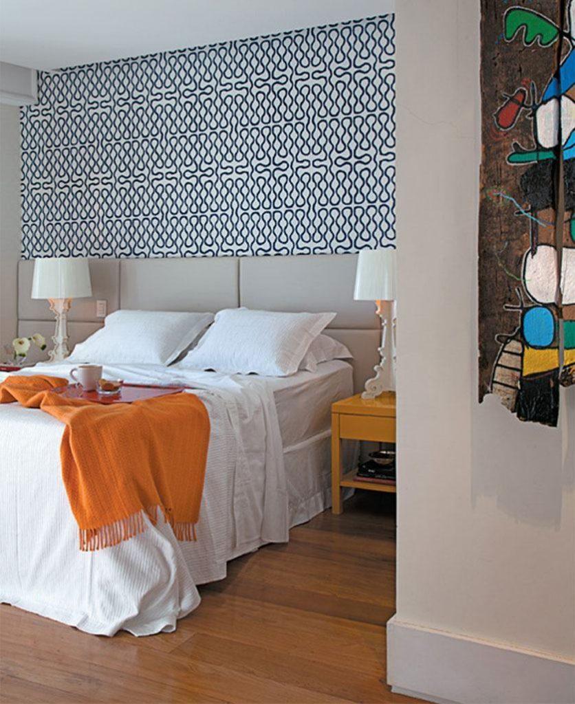 Decoração moderna com cabeceira de cama estofada neutra.