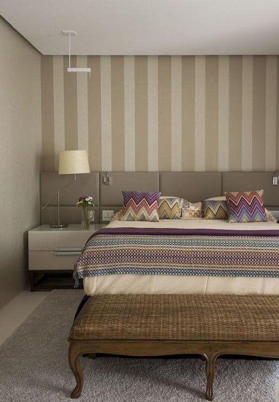 Decoração luxuosa com cores neutras e almofadas com estampas tribais.