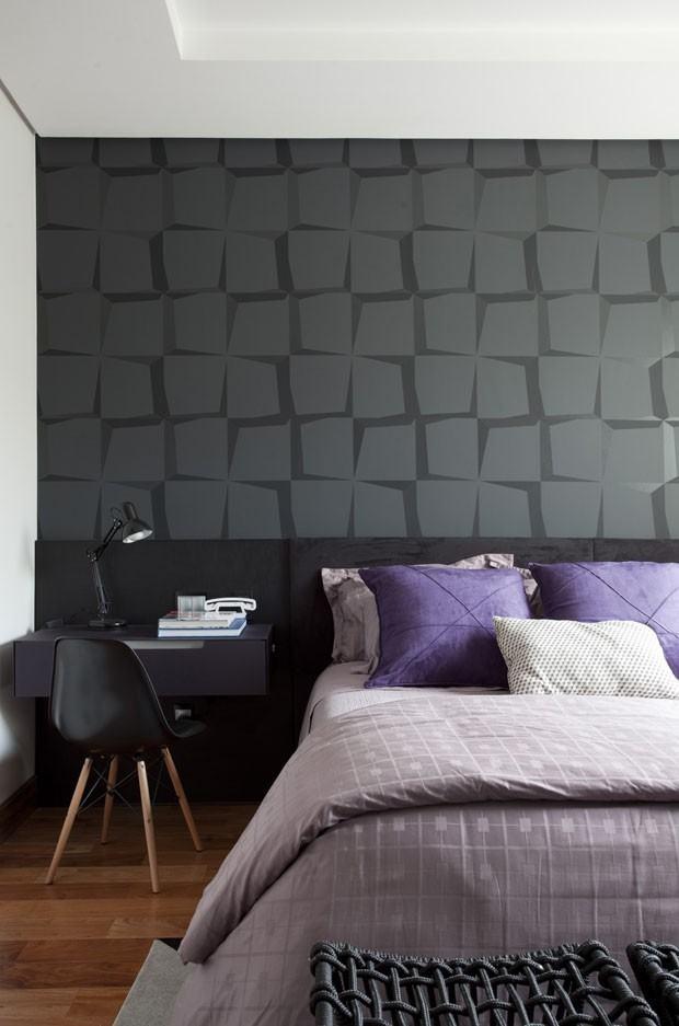 Decoração moderna com cabeceira da cama preta.