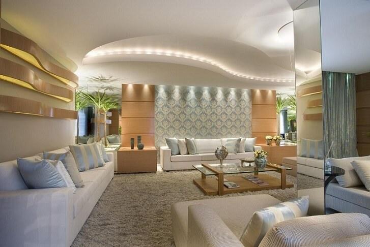 Decoração luxuosa com papel de parede tradicional.