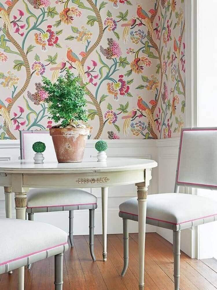 Papel de parede para sala com estampa de flores e pássaros.