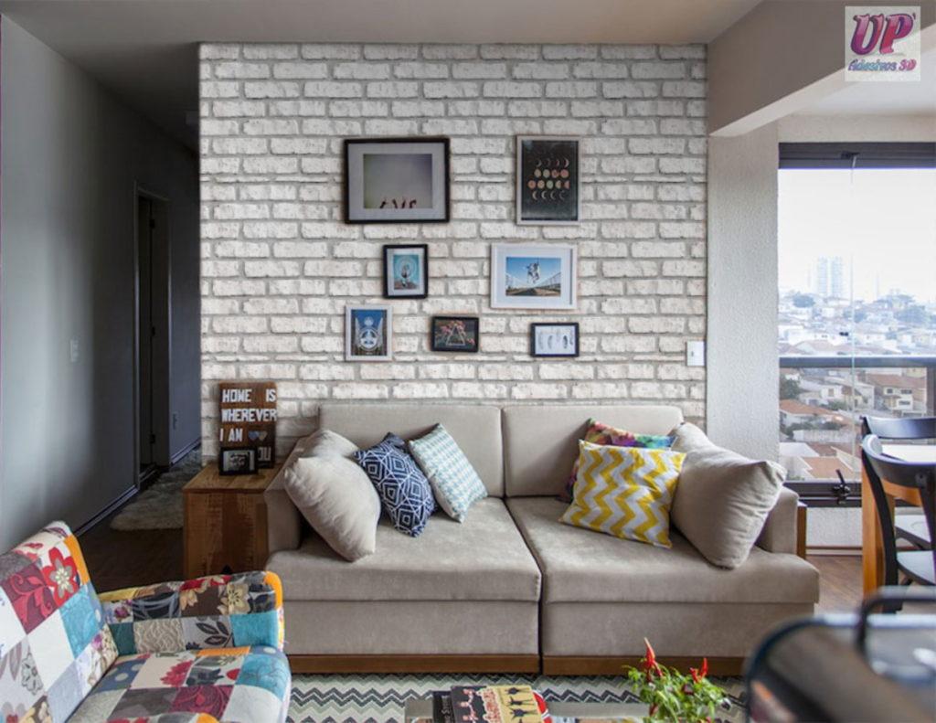 Papel de parede para sala de estar com estampa de tijolinho.