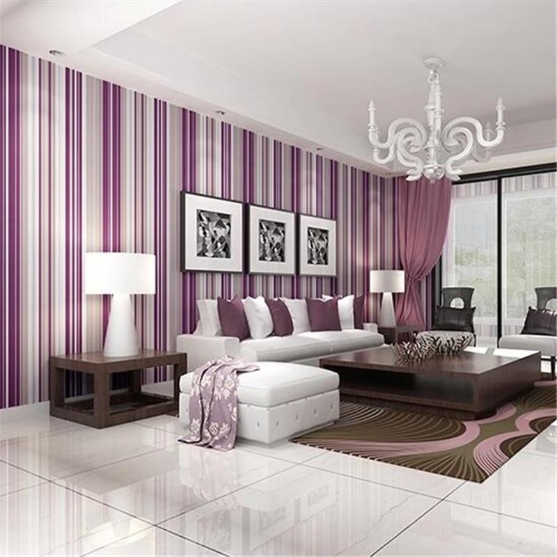 Papel de parede para sala com listras roxas.