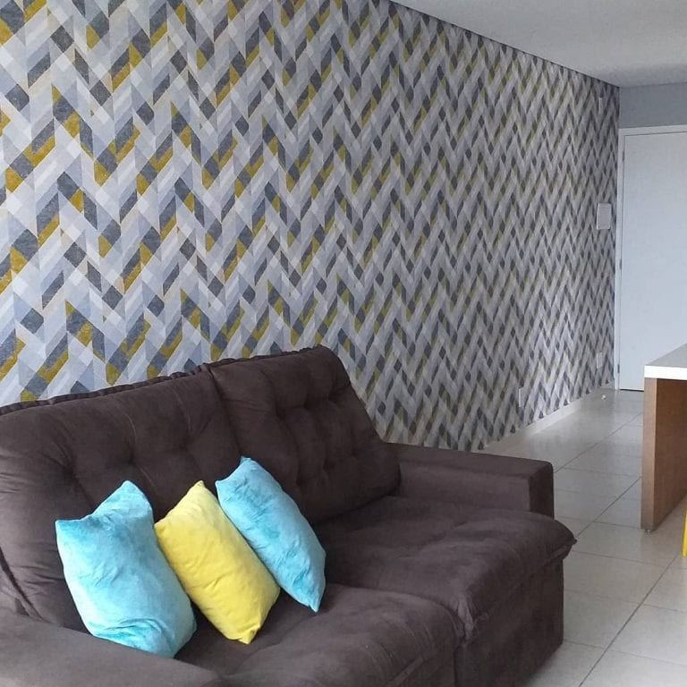 Papel de parede para sala simples com estampa geométrica.