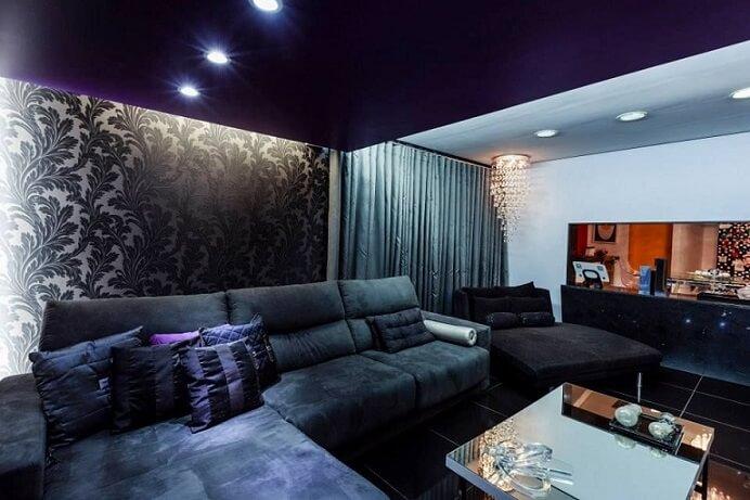 Decoração com parede com estampa luxuosa e preta.