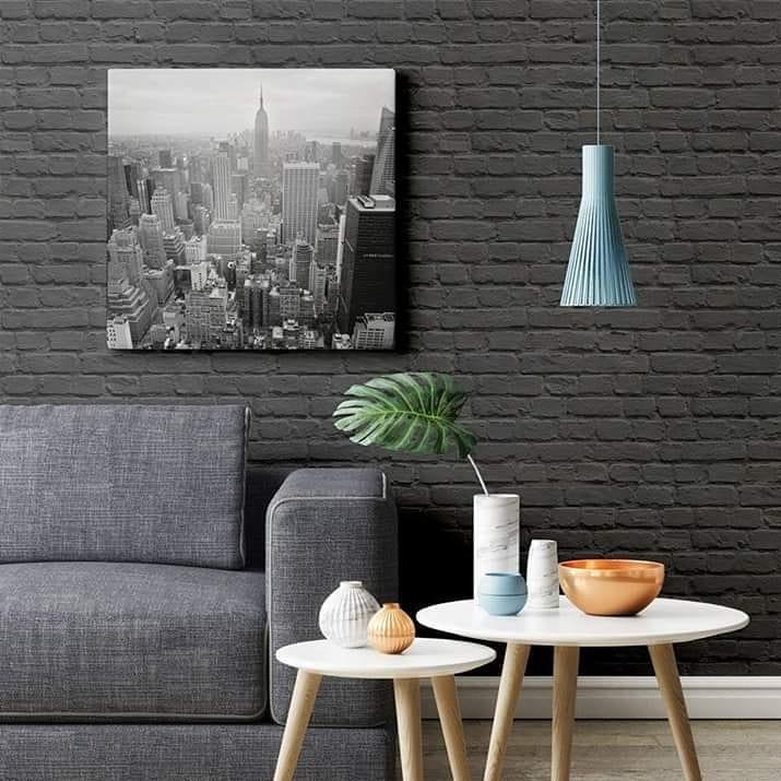 Decoração com parede de tijolinho preto.
