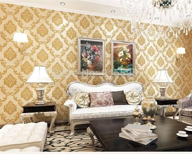 Decoração clássica com parede com estampa tradicional.