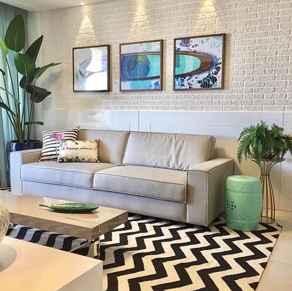 Decoração moderna com parede com estampa de tijolinho branco.