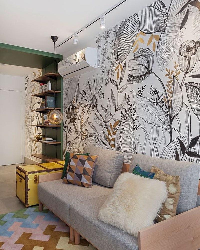 Decoração moderna com parede floral.