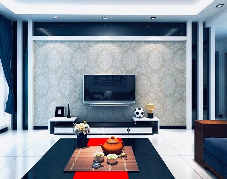 Decoração moderna com parede de estampa tradicional.