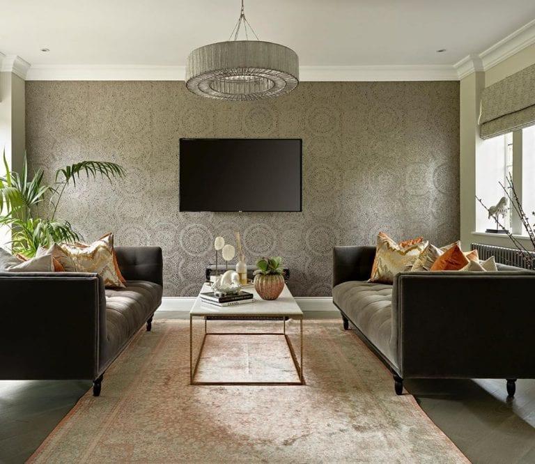Decoração cinza com sofá escuro.