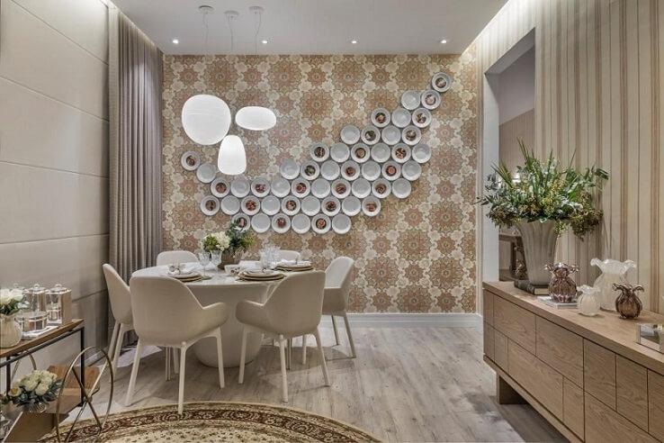 Decoração luxuosa neutra com parede floral.