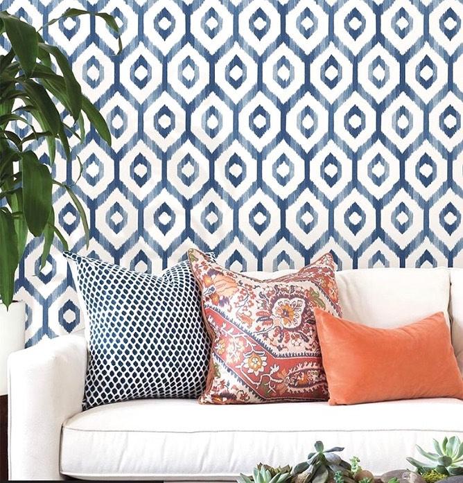 Decoração com parede com estampa azul e branca.