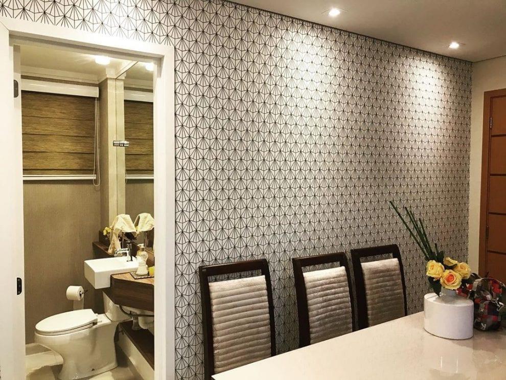 Decoração com parede geométrica preto e branco.