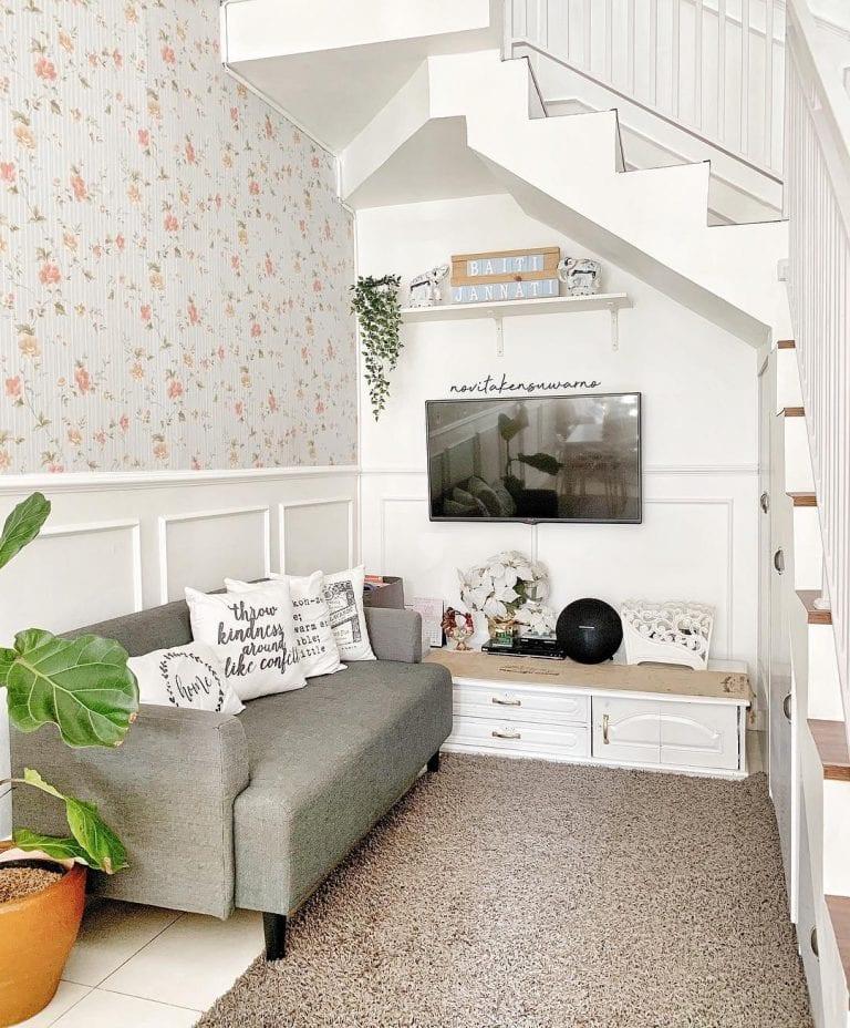 Decoração simples com parede floral clássica.