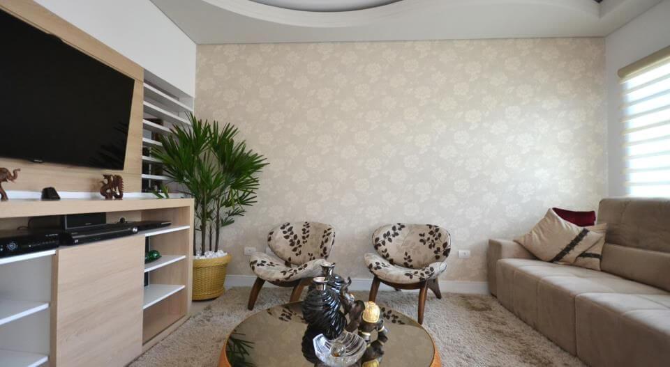 Decoração neutra com parede com estampa simples.