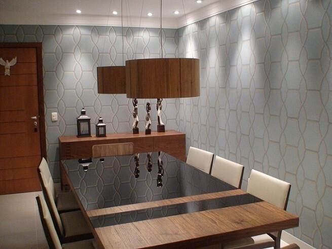 Decoração com mesa de jantar moderna e parede com estampa azul moderna.