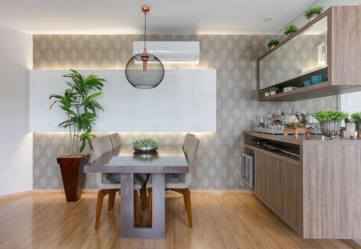 Decoração com mesa de jantar moderna com parede neutra.
