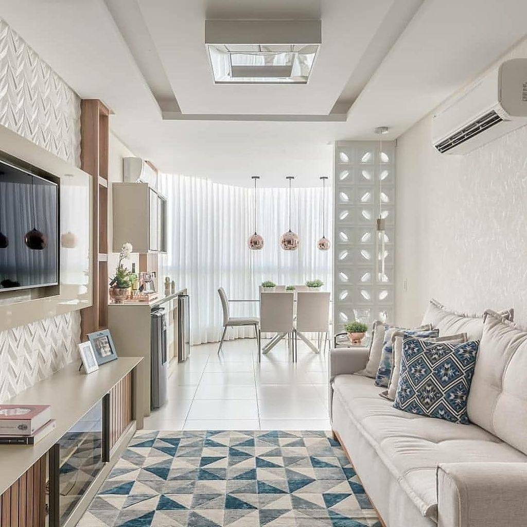 Decoração simples e clean com parede clara.