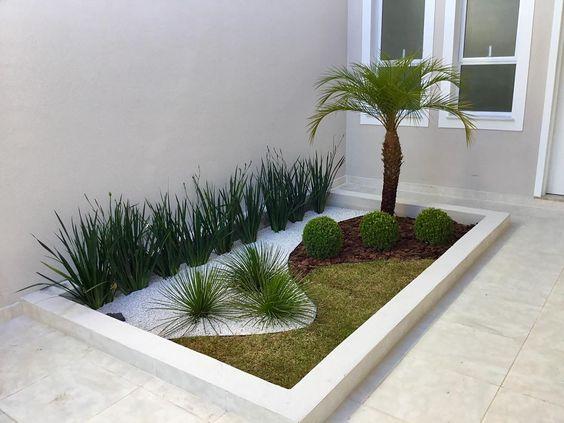 Jardim separado por um pequeno muro.