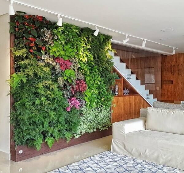 Jardim vertical na sala de estar.