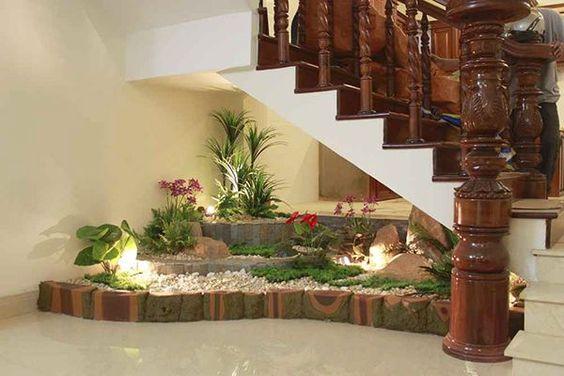 Plantas em vários níveis embaixo da escada.