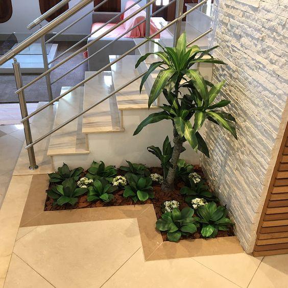 Pequeno jardim ao lado da escada.